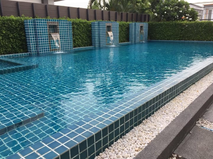 Free pick up , 5 Mins to BKK Airport, Pool,WiFI