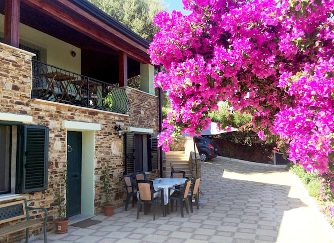 Comfort e relax con vista mare, piscina e giardino