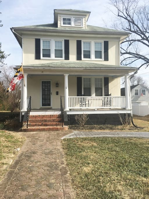 Walk to Navy Stadium, historic Annapolis: Pottery Barn, nautical style home with new kitchen awaits your next Annapolis visit, Navy event or family/friend gathering!