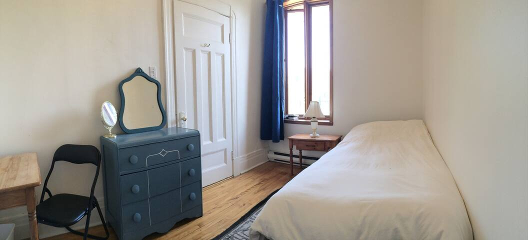 Small beautiful room in the heart of Montreal!
