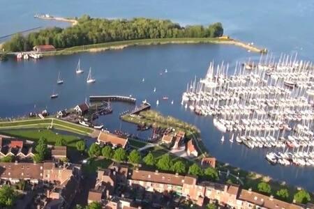 Zeilboot aan het IJsselmeer - Enkhuizen