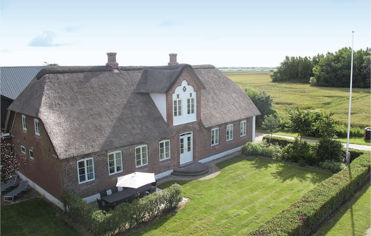 Former farm house with 5 bedrooms on 210m² in Bredebro