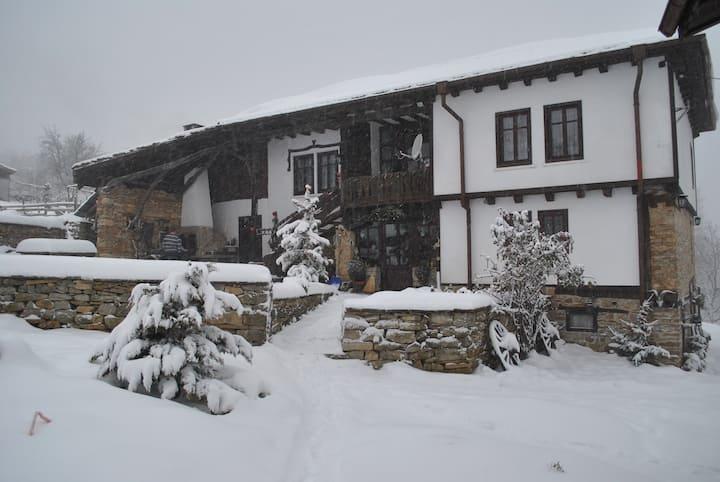 Балканджийска къща за гости с конна база