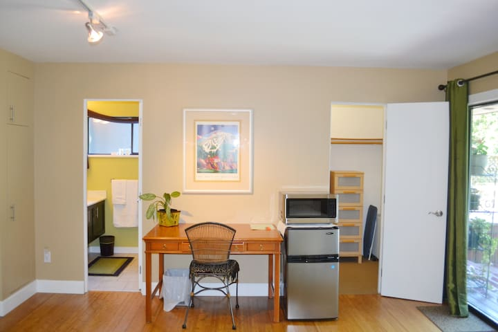 Spacious back room - North Vancouver - Dom
