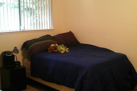 Private room close to campus! - House