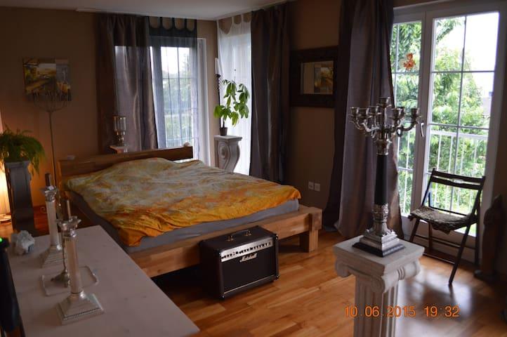 elegantes, helles Zimmer mit Balkon - Birmenstorf - Dům