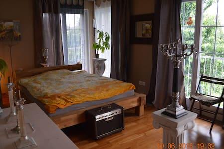 elegantes, helles Zimmer mit Balkon - Birmenstorf - บ้าน