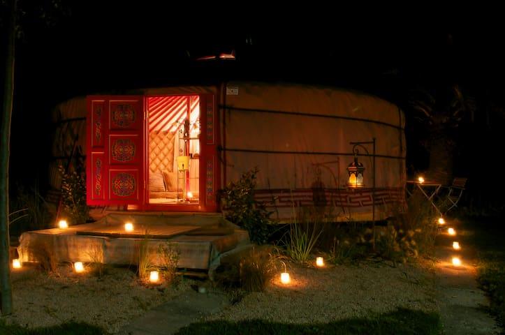 Yurta acogedora, íntima y original, con piscina