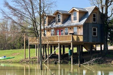 Samson's Mtn Rustic Lakeside Treehouse 3 rm Cabin