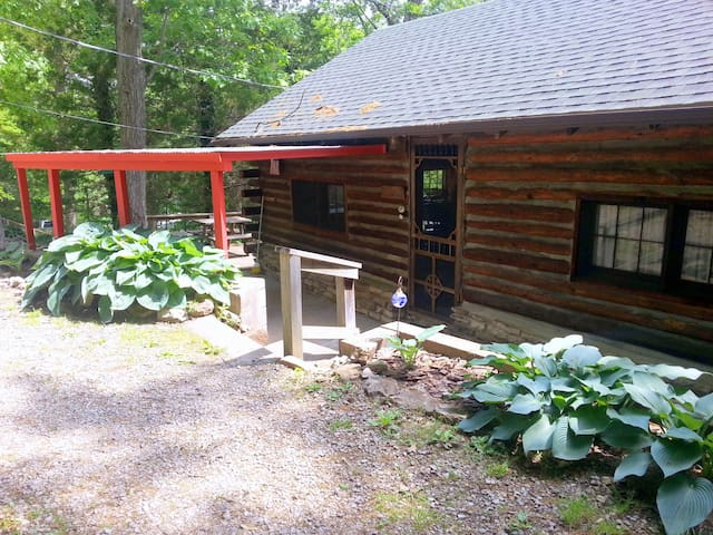 CADDELL CABIN AT THE GREEN COCOON ~TABLE ROCK LAKE