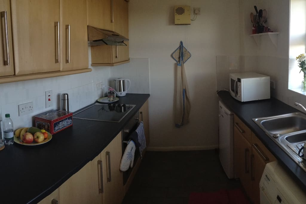 Kitchen, with oven, fridge, microwave, cooker and washing machine