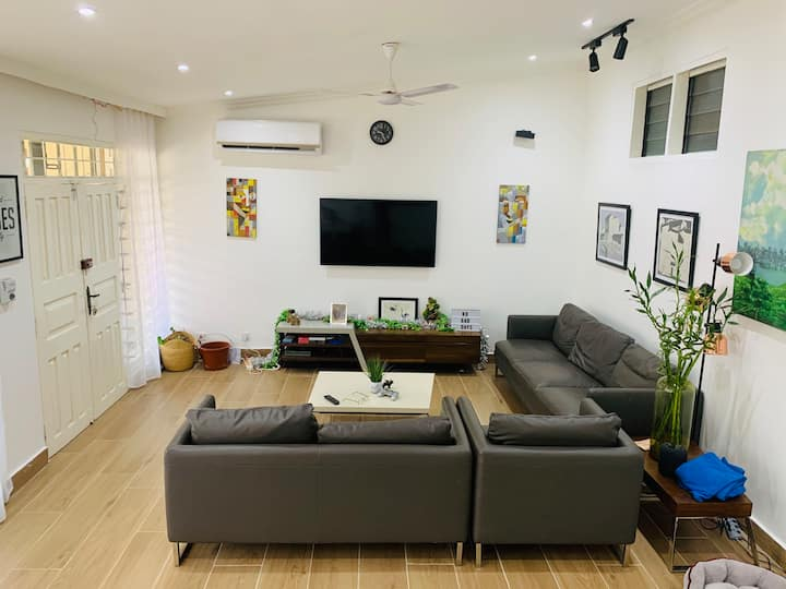 Comfortable Home with FREE WIFI, NETFLIX & AC
