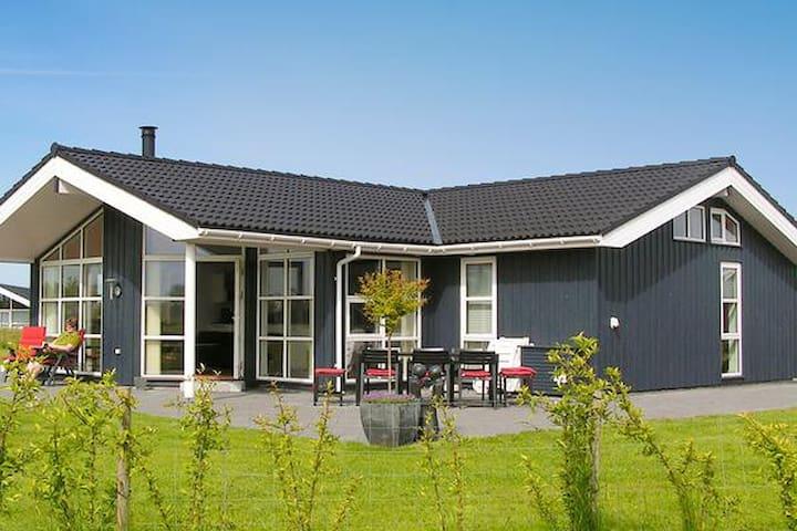 Dejligt stor sommerhus, beliggende ved Øster Hurup - Hadsund - Sommerhus/hytte