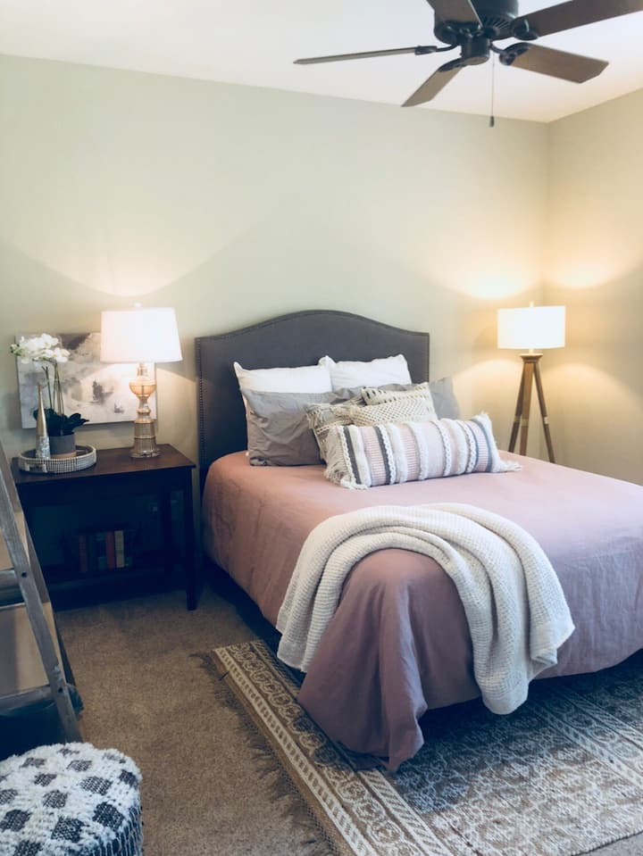 Rustic Lodge #1: Superhost- Best Value in Midland!