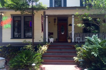 A beautiful, well preserved 104 yr/old historic home/cafe, walking distance to all areas in Historic Hyde Park to downtown Tampa and the Aquarium. Easy access to Ybor City, Seminole Heights, The Raymond James Stadium and Tampa international Airport.