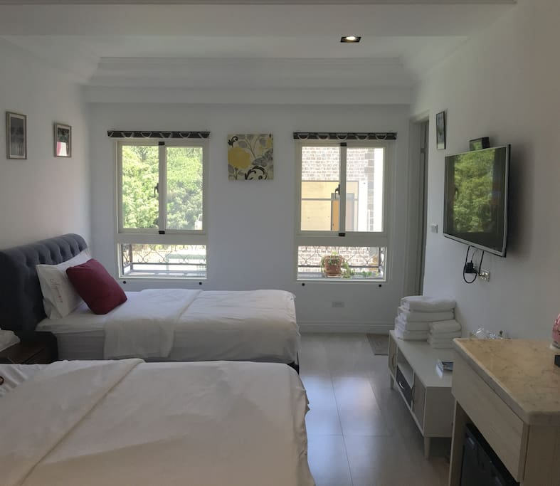 窗外的花架增添客房的清新。