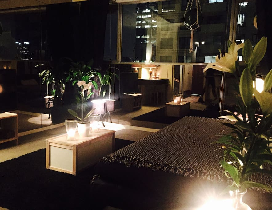 City views, internet, mirrored walls, plants, candles, flowers and elegant lighting make the place an ideal setting for relaxing or entertaining.