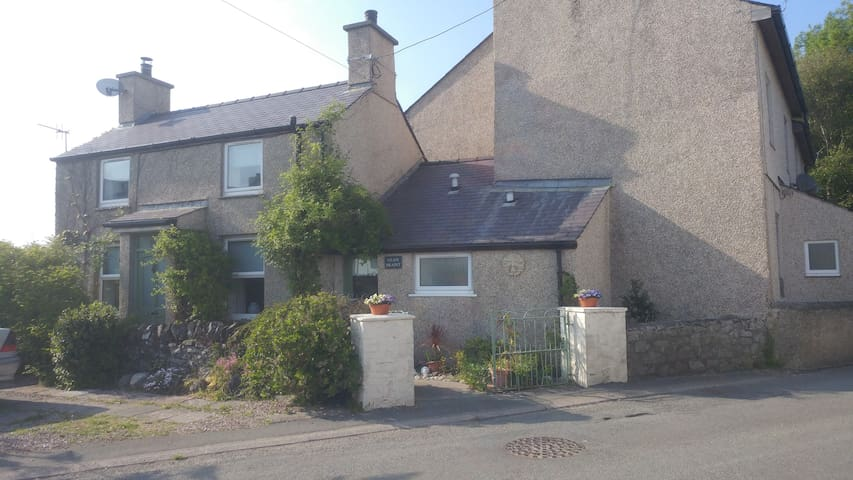 Dwyran Cottage with private garden