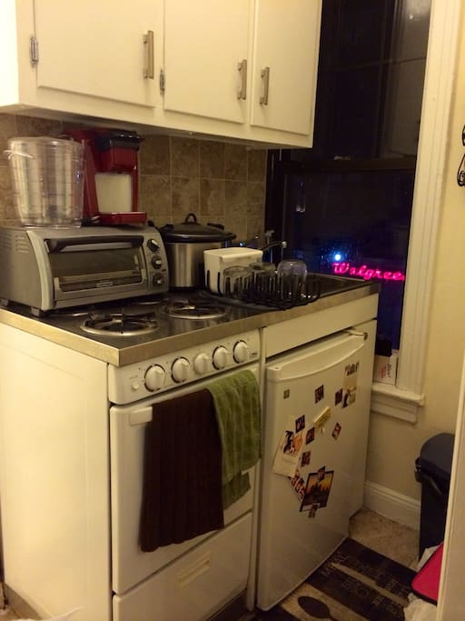 Small kitchen, fully equipped with all appliances. I have a Brita waterfilter in fridge.