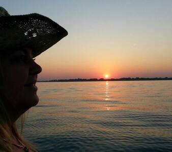 LAKEFRONT! SANDY BEACH! LAKE ERIE FISHING!4BR kaya