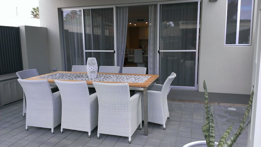 """TO-DO"" Beach Retreat - Largs Bay - Townhouse"