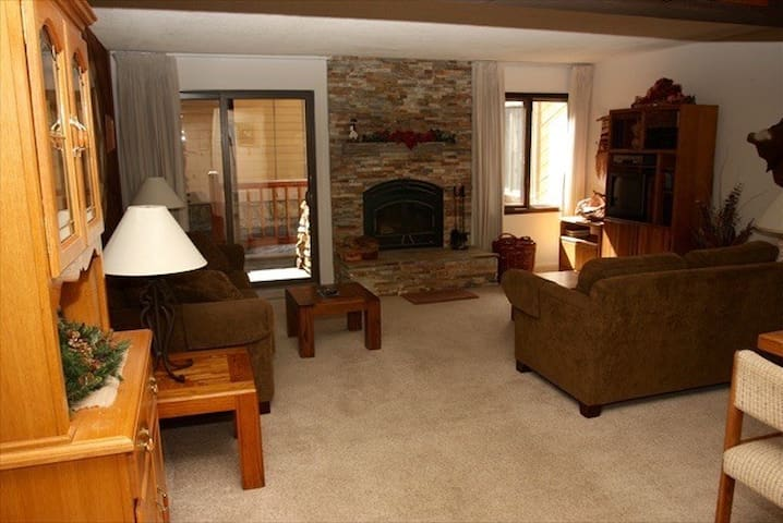 MAMMOTH 5 STAR ,FREE WIFI,WALK TO ALL ,SLEEPS 5 - Mammoth Lakes - Kondominium