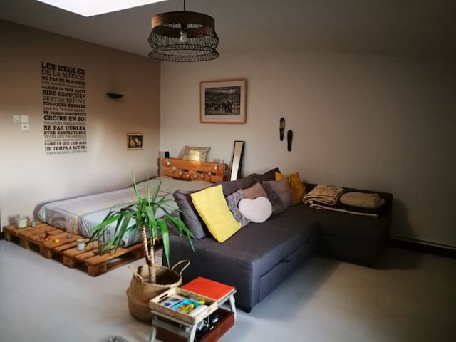Chambre spacieuse dans maison de village