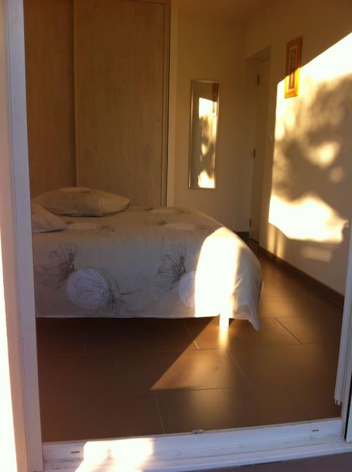 Confort d'un placard avec étagères, penderie et 2 tiroirs