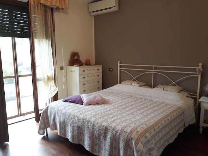 A casa di Marzia, camera luminosa e accogliente.