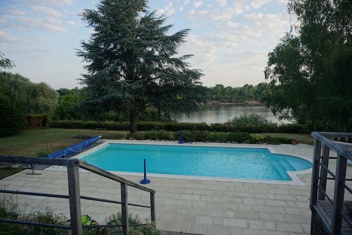 Maison familiale avec piscine  en bord de   Loire.