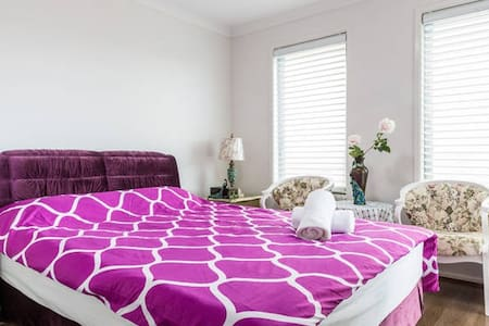 Classic and romatic queen bed room near wetland - Keysborough