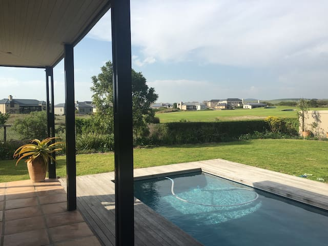 Tranquil home on secure golf estate - Cape Town - Talo