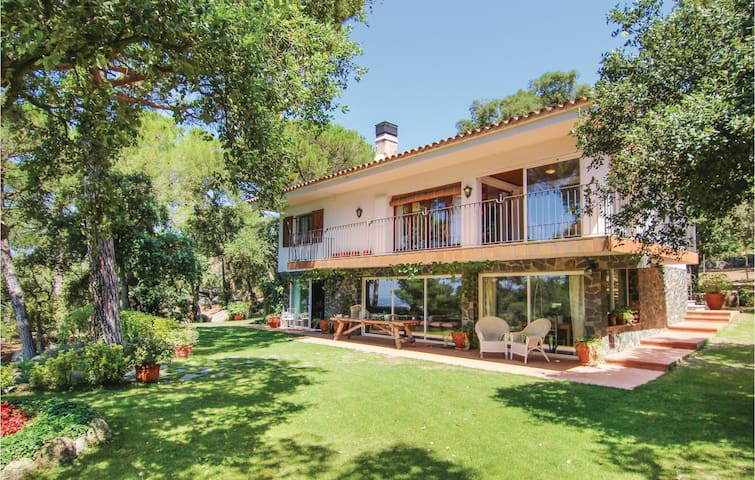 Holiday cottage with 4 bedrooms on 200 m² in Romanyà de la Selva