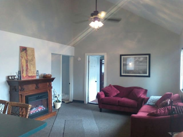 PRIVATE New 2 BED CHALET, 3 Mins to Hwy and more! - East Greenwich - Chalet