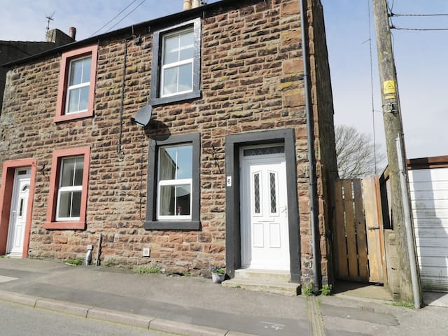 VIOLET COTTAGE, pet friendly, with open fire in Dearham, Ref 918765