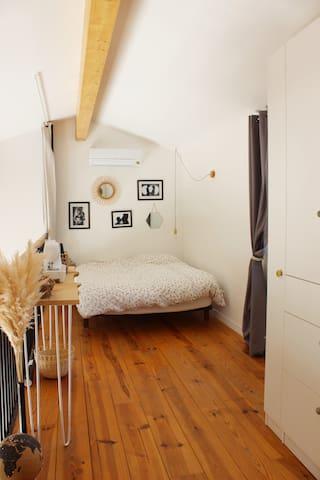 Chambre ouverte type loft avec 1 lit double et dressing