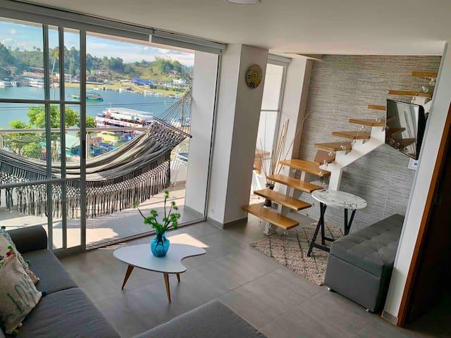 Piso 1 cocina, sala con sofá cama doble, star, baño, TV, balcón con hamaca y barra.