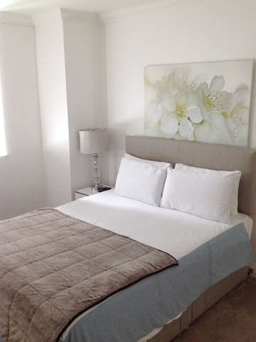 Large 2 bed Apt 1min walk to Kilburn Tube Stn (Z2)
