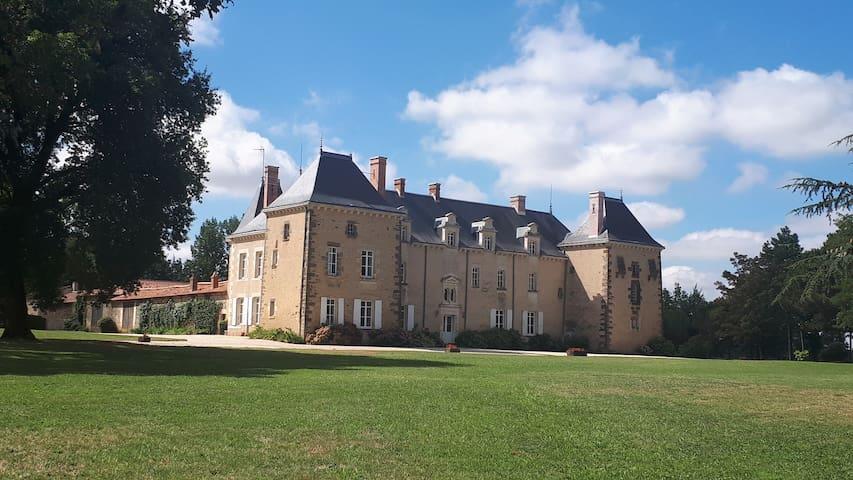 Château avec confort moderne, tennis et piscine