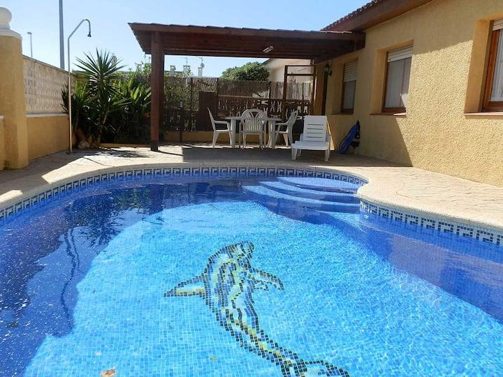CASA NAVARRO 2, ideal para tus vacaciones cerca del mar, wifi gratuito, aire acondicionado, piscina privada, se admiten mascotas, playa para perros.