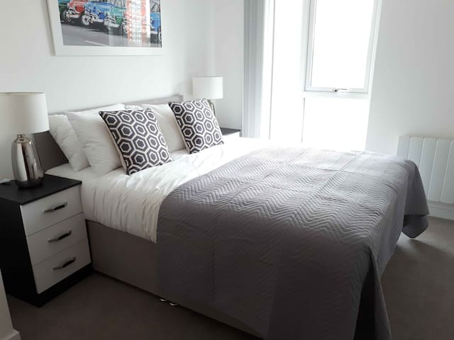 Modern City Centre Apartment with Free Parking.