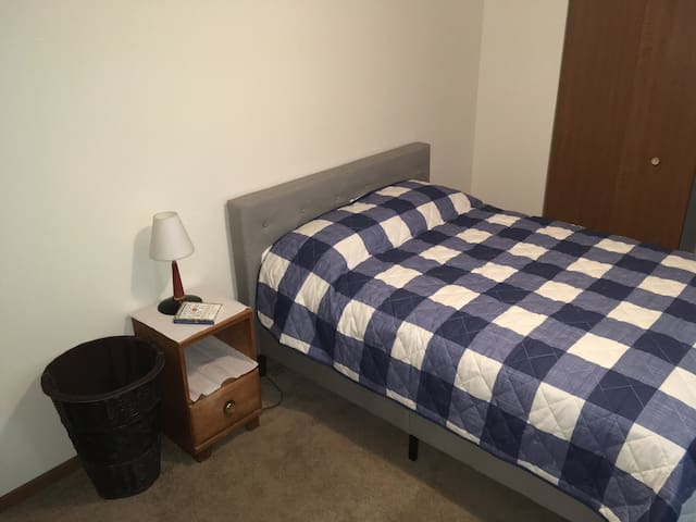 Spacious Bedroom Near Downtown Edwardsville & SIUE
