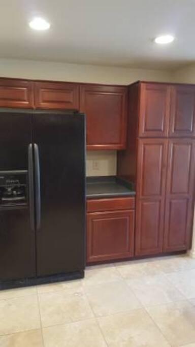 Full size kitchen, beautiful cabinets