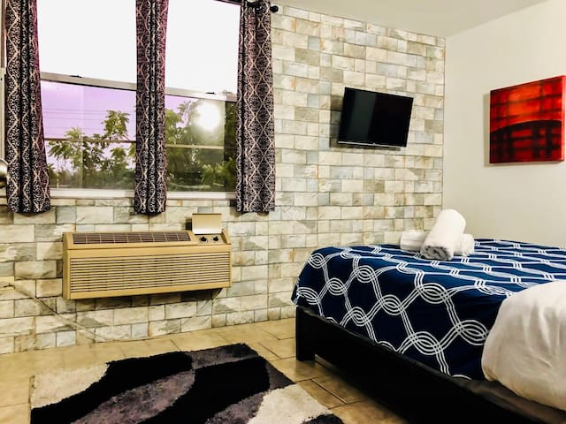 <<<<<<<< Bedroom B >>>>>>> Remodeld  bedroom with Lcd Smart Tv/ Netflix Included, A/C