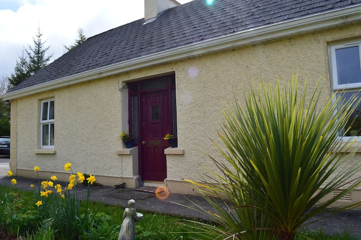 Quaint Country Cottage - Drumshanbo