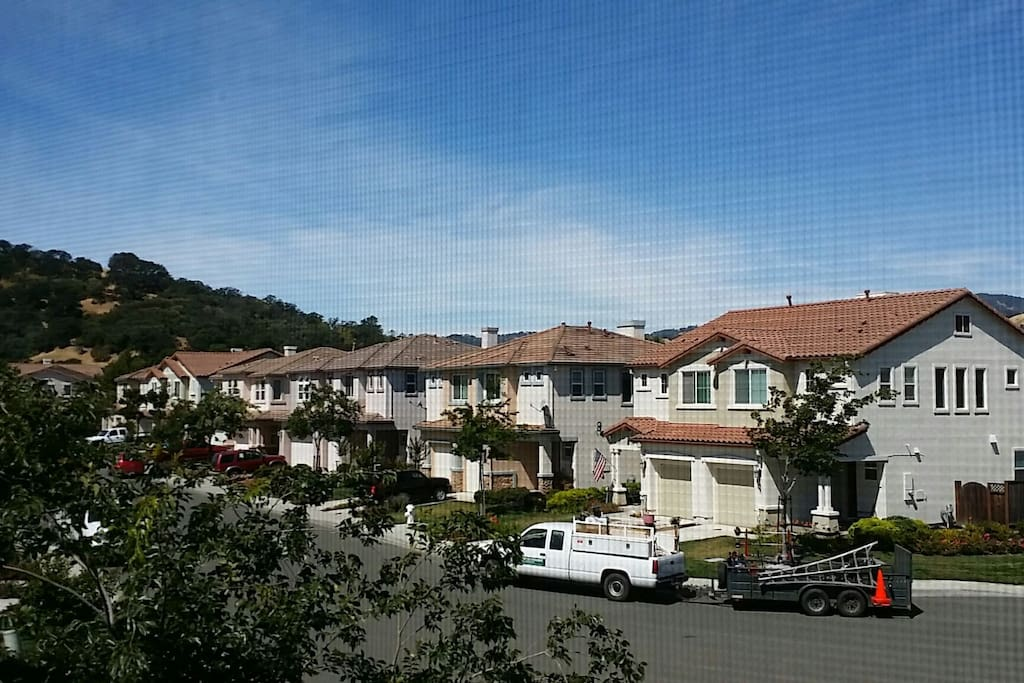 Clean safe neighborhood near the hills and downtown