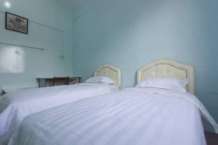 Room 3 丹容亚路镇店屋二楼房间3 Tanjung aru cozy shophouse