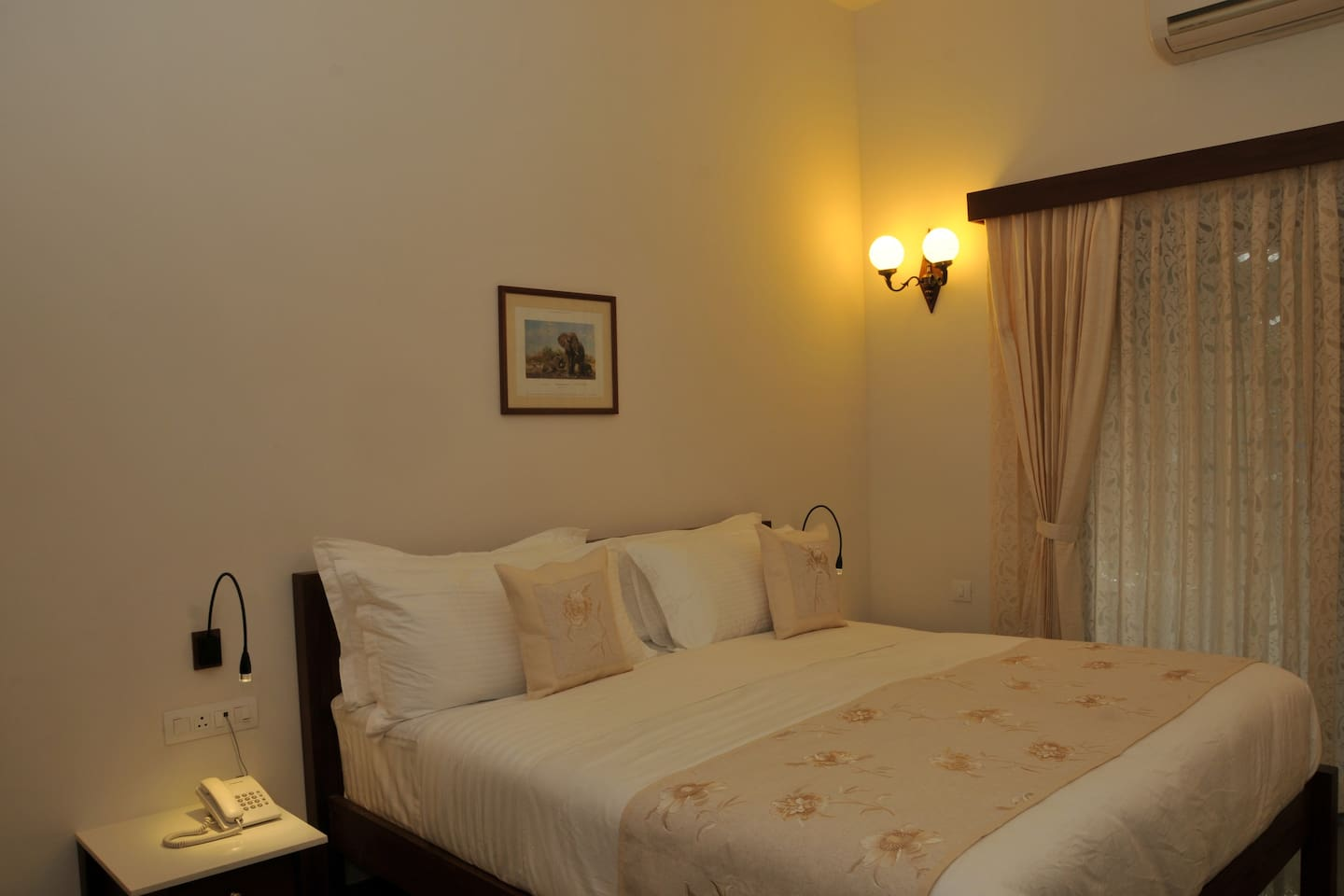 LUXURIOUS DELUXE ROOM with attached bathroom,Flat TV,DVD player,tea/coffee maker,large dressing mirror,Air-conditioner and wi-fi active.