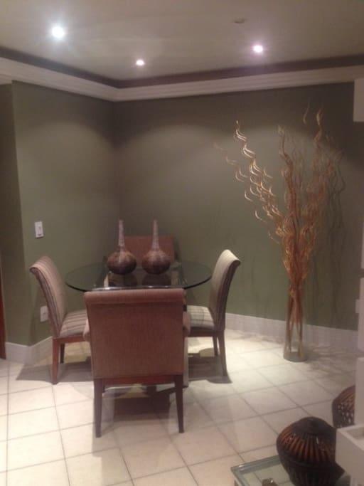 Sala de jantar com quarto cadeiras.