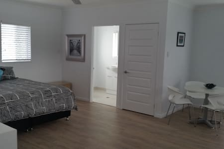 The Loft one street off Ingham Road - West End - Appartement